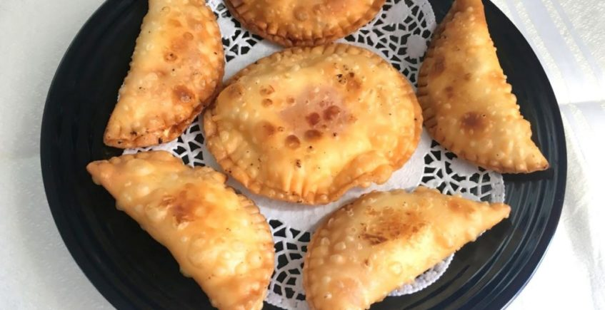 Empanadillas de queso cremoso, gambas y pimientos confitados