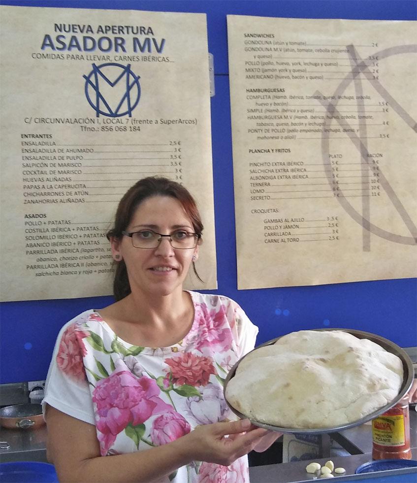 Mari Carmen Orhihuela muestra uno de los molletes gigantes que utilizan para hacer las mollepizzas. Foto: Cosasdecome
