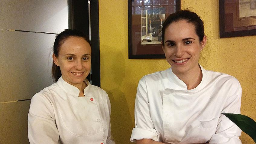 La cocinera Isabel Gil, jefa de cocina de Las Trébedes, junto a su segunda Lorena Castillo. Foto: Cosasdecome