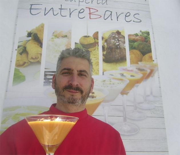 El cocinero Jesús Matilla con uno de sus salmorejos. Foto: Cosasdecome