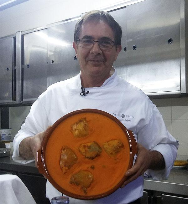 El cocinero Joaquín Lopez con un lebrillo de lomo en manteca colorá. Foto: Cosasdecome