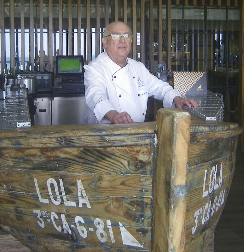 El cocinero Joaquín Olmedo en uno de los salones del restaurante Antonio. Foto: Cosasdecome