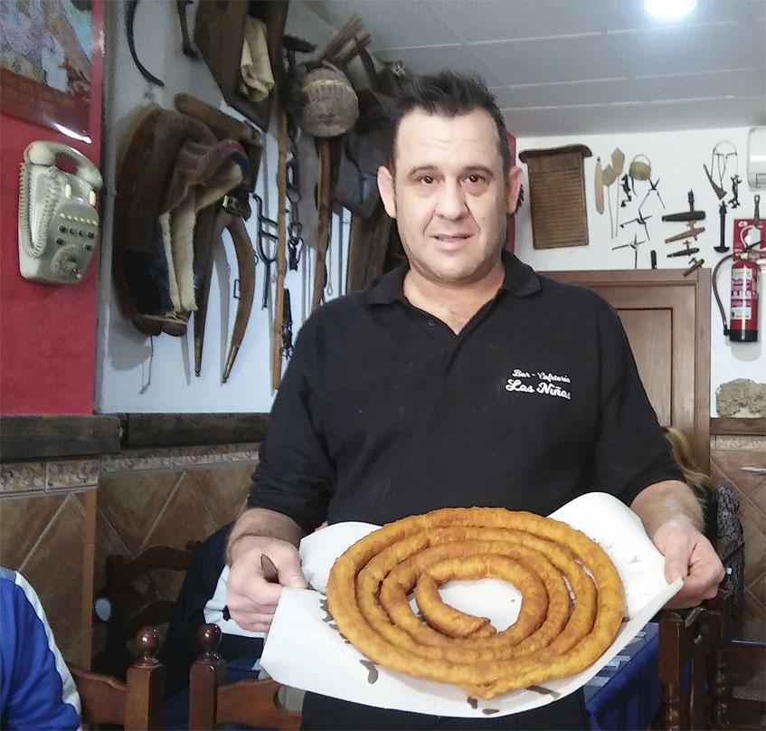 José Antonio Pérez del café bar Las Niñas de Olvera con una de sus ruedas de churros. Foto: Cosasdecome