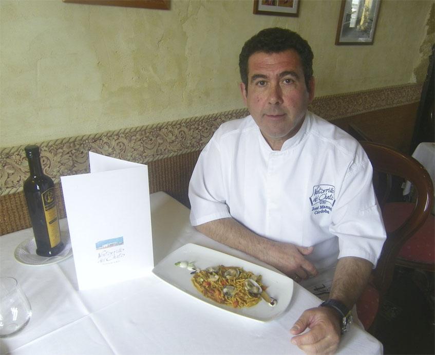 El cocinero José Manuel Córdoba con la versión actual del plato. Foto: Cosasdecome