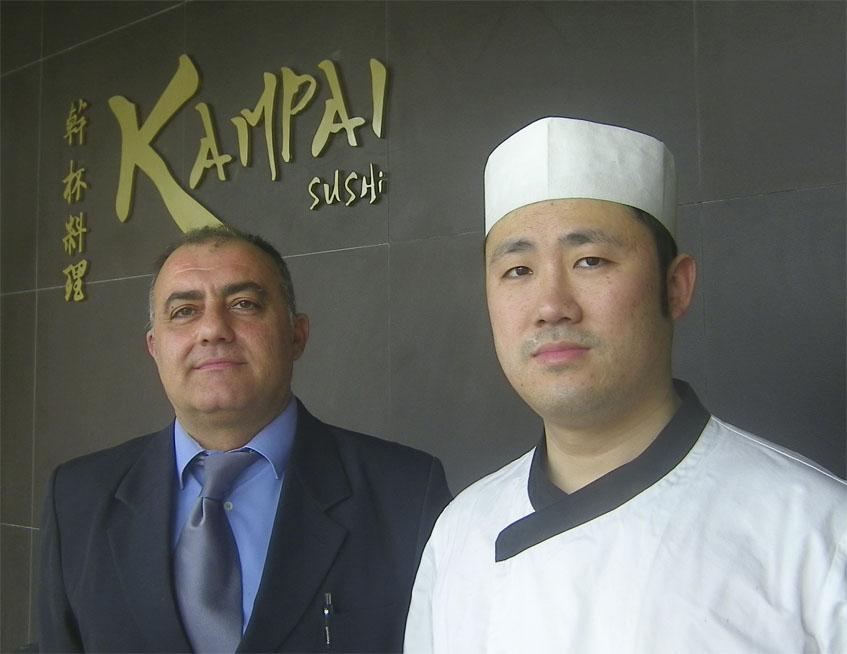 El jefe de sala de Kampai, Juan Carlos Hurtado, junto al cocinero y propietario del establecimiento Haiou Sun. Foto: Cosasdecome