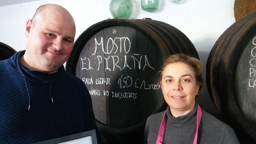 Juan Francisco Pulido, el propietario del mosto junto a su mujer Rosa María Conde, cocinera del establecimiento y autora de esta lograda versión de las tortillitas de camarones. Foto: Cosasdecome