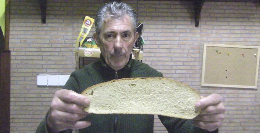 Juan León con una las grandes rebanás que ponen en la Venta. Foto: Cosasdecome