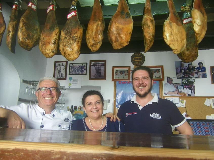 Juan María Ramirez junto a su esposa Loli Alba y el hijo de ambos Juan María Ramirez Alba, que también se ha incorporado ya al negocio familiar. Los tres posan a la entrada de su establecimiento. foto: Cosasdecome