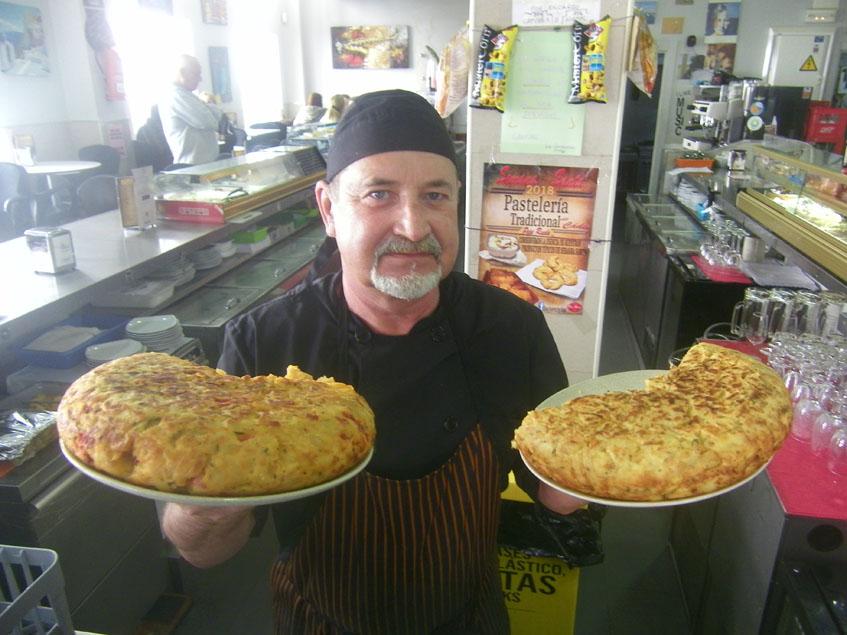 El cocinero Manolo Agreda con las tortillas que elabora en el café bar Alver. Foto: Cosasdecome
