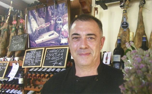 El cocinero Manolo Sánchez Moreno, autor de estas papas aliñás. Foto: Cosasdecome