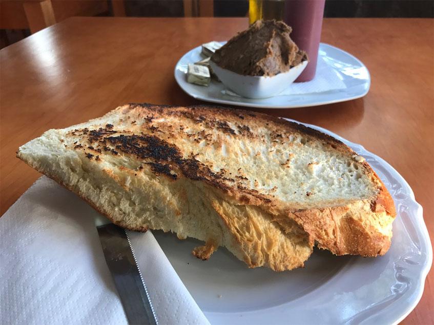 El desayuno de pan con manteca de matanza fotografiad por la tapatóloga Eugenia Claver