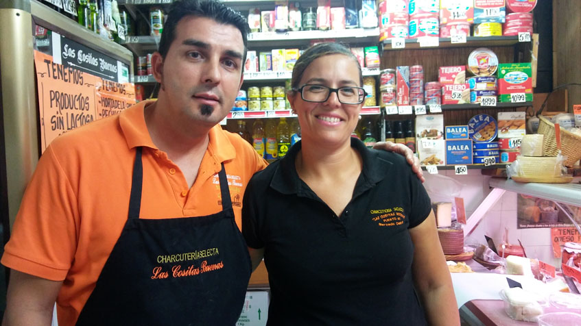 Manuel González y Raquel Ramirez regentan actualmente el ultramarinos. Foto: Cosasdecome