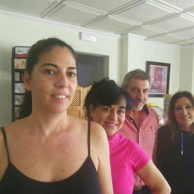 María Sánchez Fuentes, la gerente del establecimeinto con algunos de sus compañeros. Foto: Cosasdecome