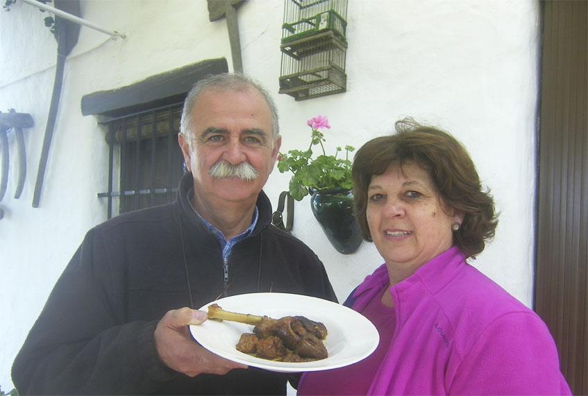 Mariano Sánchez Cornejo y Rosi Sánchez Carrera con un plato de pollo en salsa recién guisado. Foto: Cosasdecome
