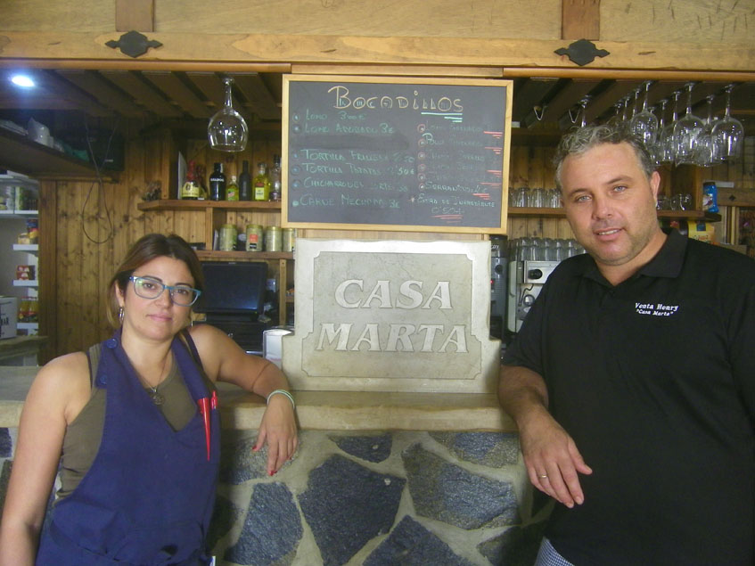 Marta Bernal y Davi Collantes junto a la barra del establecimiento. Foto: Cosasdecome.