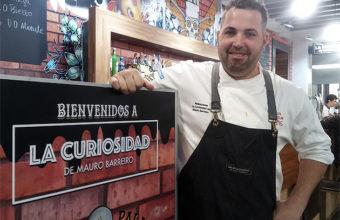 el cocinero Mauro Barreiro junto a la barra de su establecimiento