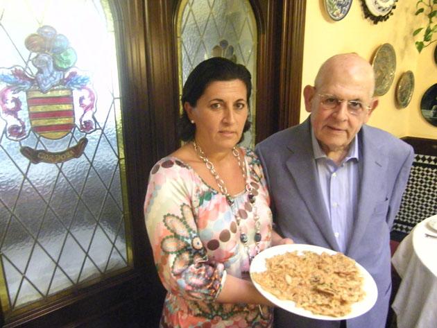 Mayte Córdoba junto a su padre, Gonzalo Córdoba. Los dos portan una ración de tortillitas de camarones. Foto: Cosasdecome
