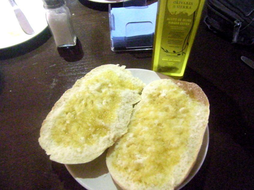 El mollete con aceite del restaurante Los Tadeos. Foto: Cosasdecome