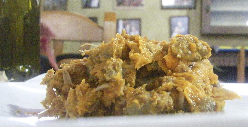 """Junto al mollete se sirve en un plato esta """"montaña"""" de zurrapa de lomo en manteca colorá. El comensal tiene que ir """"erosionando"""" la montaña con el cuchillo enfoscador para ir enfoscado el mollete. Foto: Cosasdecome"""