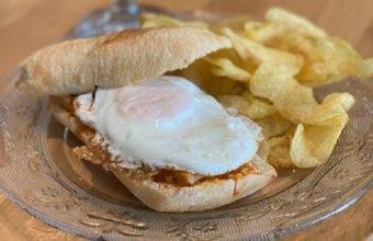 El montadito de lomo en manteca con huevo frito de Aguatapá