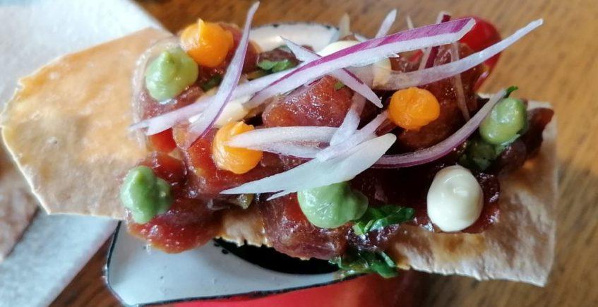 Ceviche de atún rojo sobre regañá
