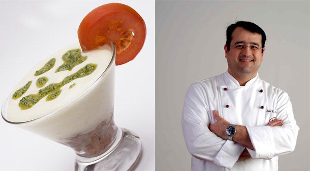 La mousse de papas aliñás en su presentación en vaso. Al lado el autor de la receta, el cocinero Juan Ramón González Higuero. Fotos cedida por el cocinero