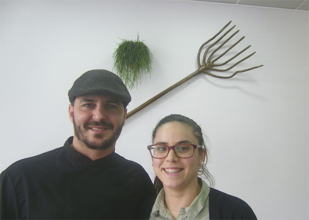 El cocinero Pedro Morillo junto a Juani García, su pareja que se encarga de atender al público. Foto: Cosasdecome