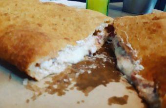 La pizza frita de Los Napolitanos de Rota