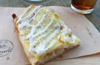 La pizza de patata con crema de trufas y parmesano de Bicicleta Taglio Bar