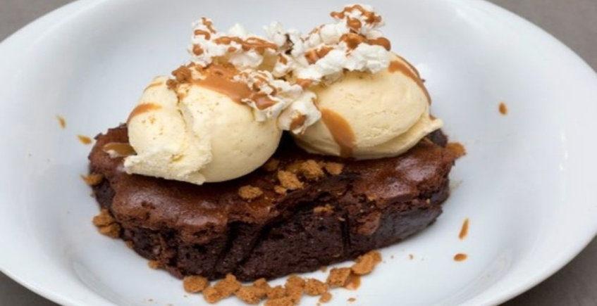 El brownie con toffee, helado de vainilla y palomitas de La Cruz Blanca