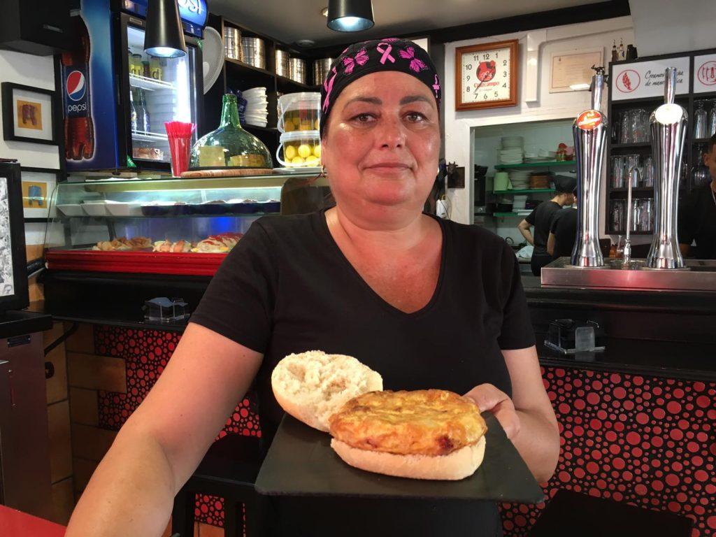 Paloma Morales muestra la tortilla.