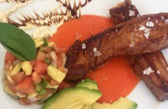 Los lingotes de atún, uno de los platos de Azabache. Foto: Cosasdecome