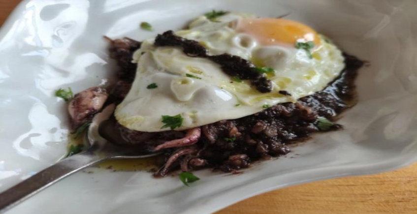 Las puntillitas con huevo y trufa del Chiringuito La Manuela