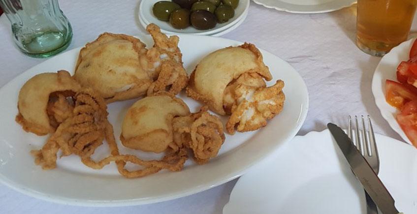 Los chocos fritos enteros de El Rincón Bético de Carlos Juez