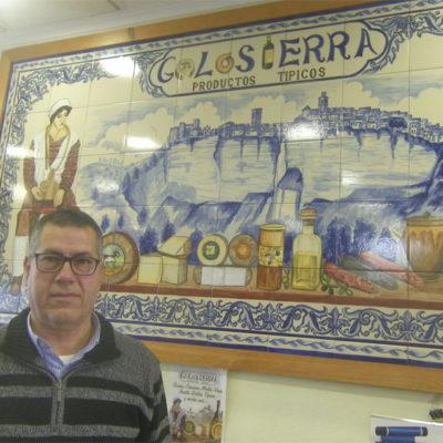 Ramón Moya delante de un azulejo que preside el mostrador. Foto: Cosasdecome.
