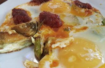 Las alcachofas con chistorra y huevo de El Remedio