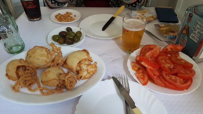 Los chocos fritos del Rincón de Carlos Juez fotografiados por el tapatólgo Periko Bernal. Al lado unos tomates aliñados.