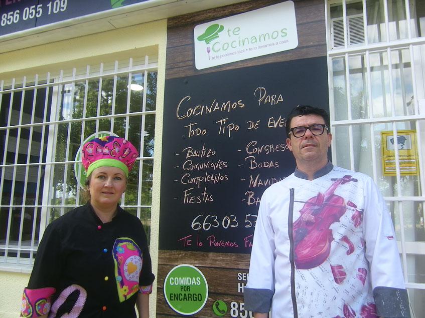 Rocío Villena y Manuel Bernabé a las puertas de su establecimiento Te Cocinamos. Foto: Cosasdecome