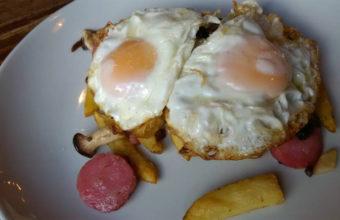 Los huevos fritos con setas, tirabeques y butifarra de Sonámbulo