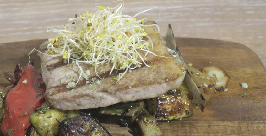 La barriga de atún rojo sobre verduras al horno de Rosario Uno
