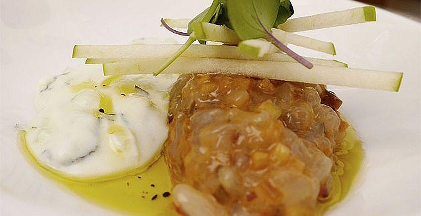 Tartar de langostinos de Sanlúcar con tzatziki y ajo negro
