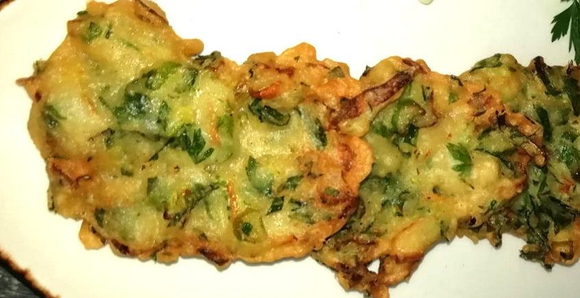 Tortillitas de huevas de caballa en conserva y cebolletas