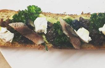 La tosta de sardina ahumada con ajoblanco de El Querido