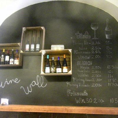 Los vinos tienen gran protagonismo en el local. Se ofrecen por copas y también se pueden comprar por botellas para llevar. foto: Cosasdecome