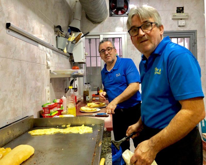 Los hermanos Juan y Sebastián Gómez, propietarios del bar Gómez. Foto: CosasdeComé