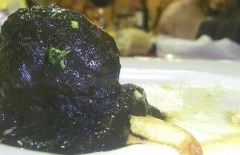 """Albóndigas en """"tomate negro"""" del bar Terraza"""