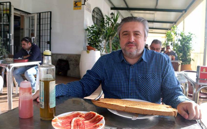 El tapatólogo José Luis González Castillerjo dispuesto a enfrentarse en solitario a la impresionante rebaná de la Venta candela, una de las obras cumbres del gigantismo desayunístico en la provincia de Cádiz.
