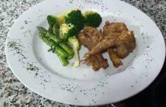 Chuletas de cordero con costra, guarnición de brócolis y espárragos de temporada
