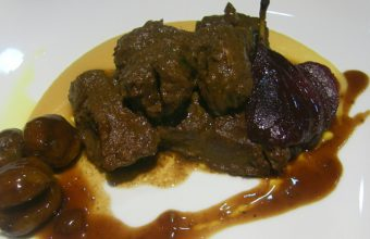 Civet de venado con castañas caramelizadas y peras al vino tinto de la Cruz Blanca
