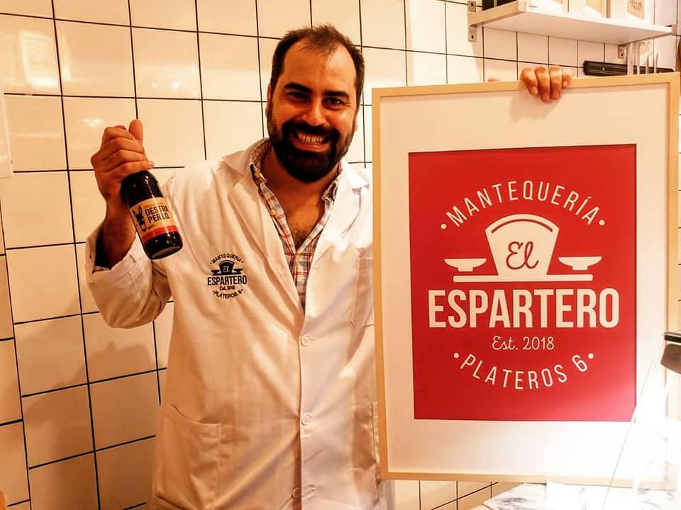 Pablo García Braza muestra una cerveza jerezana. Foto cedida por el establecimiento.